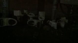 Nachtelijke installatie van pleepotten op straat